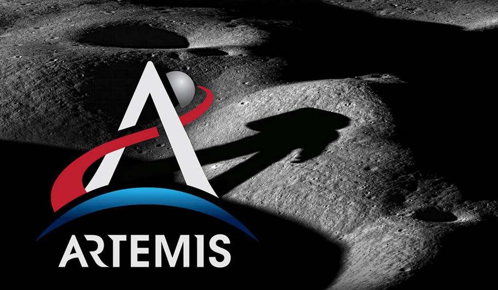 Logo pour Artemis III où l'on peut voir la silhouette d'un astronaute sur la surface de la Lune. La mission se déroulera dans la région du pôle sud lunaire. © Nasa