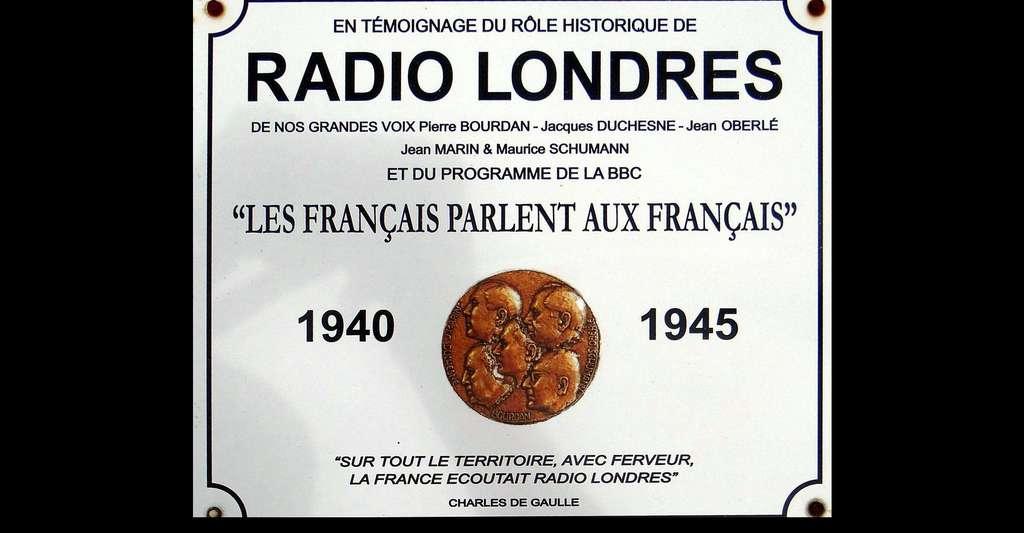 Plaque commémorative de « Radio Londres », cimetière de Asnelles, Calvados, France. © Wayne77, Wikimedia Commons, CC by-sa 4.0