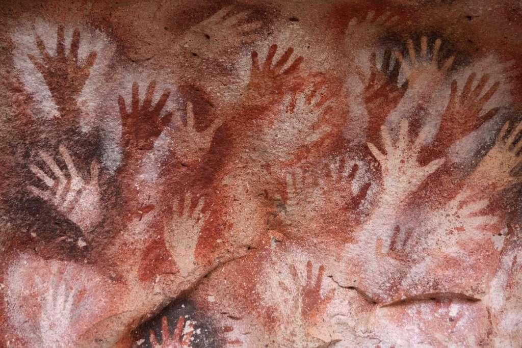 Ce sont ces nombreuses mains peintes sur les parois de la roche qui ont donné le nom au site la Cueva de las Manos. Situés dans un environnement exceptionnel, la grotte et les abris sous roche ont été classés au Patrimoine mondial de l'Unesco. © Lisa Weichel, Flickr