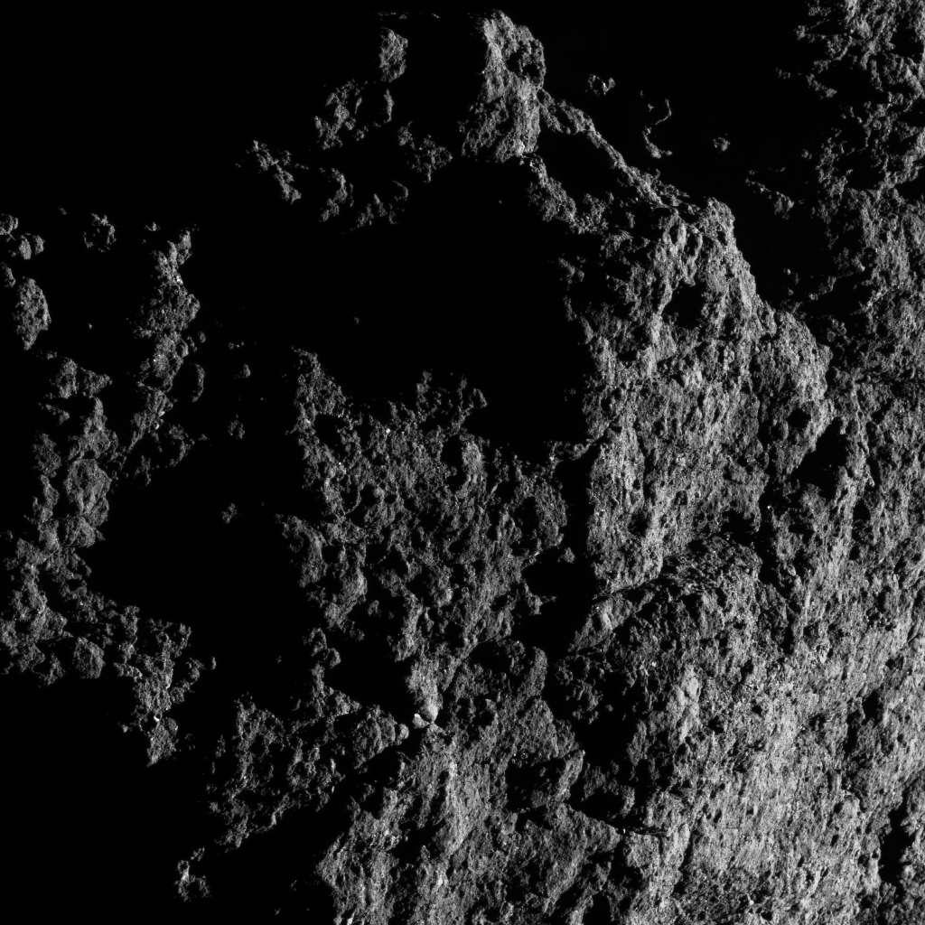 Gros plan sur Benben Saxum, le plus gros rocher de l'astéroïde Bennu. © Nasa, Goddard, University of Arizona