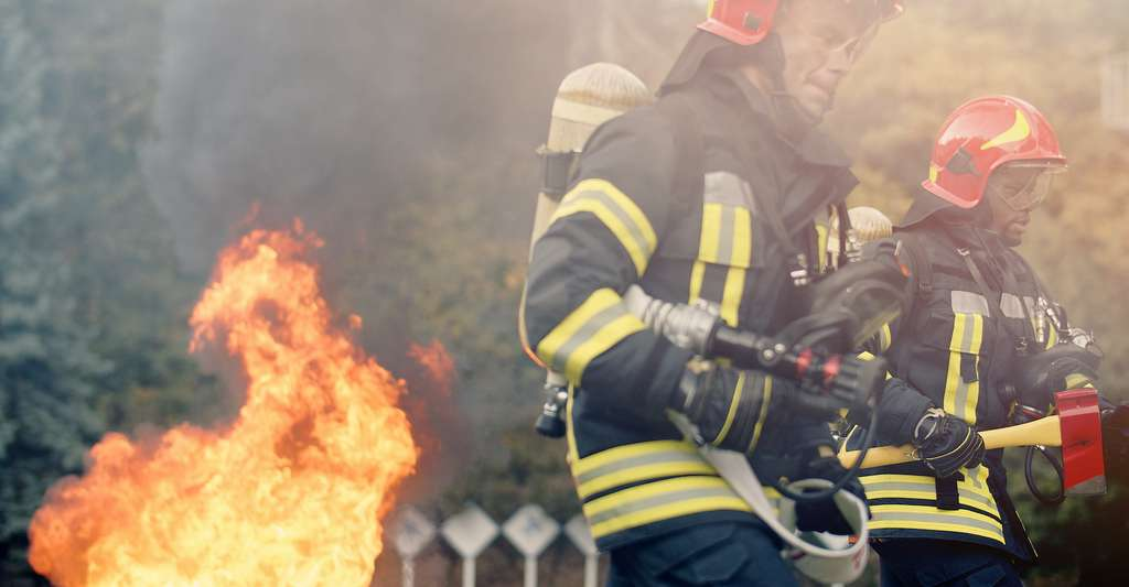 Les pompiers sont parmi les premiers exposés aux risques sanitaires associés aux feux de forêt en Australie. © VAKSMANV, Adobe Stock