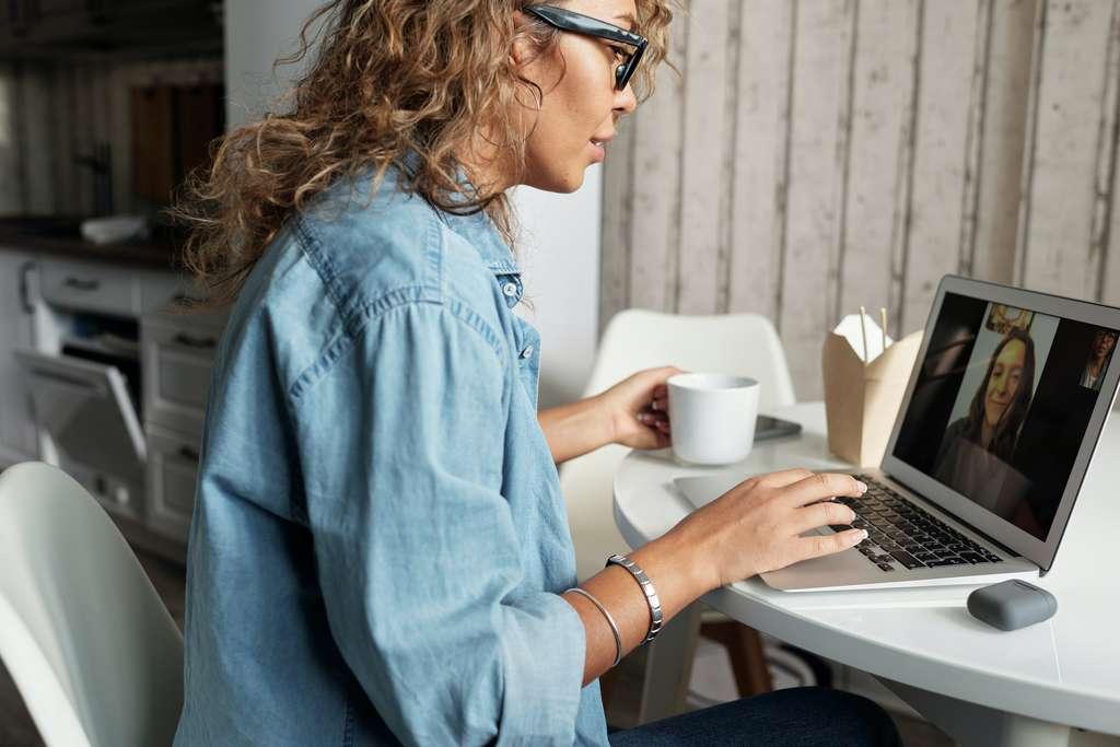 Télétravail, visioconférence... vous avez besoin d'un abonnement Internet performant. © Matilda Wormwood, Pexels