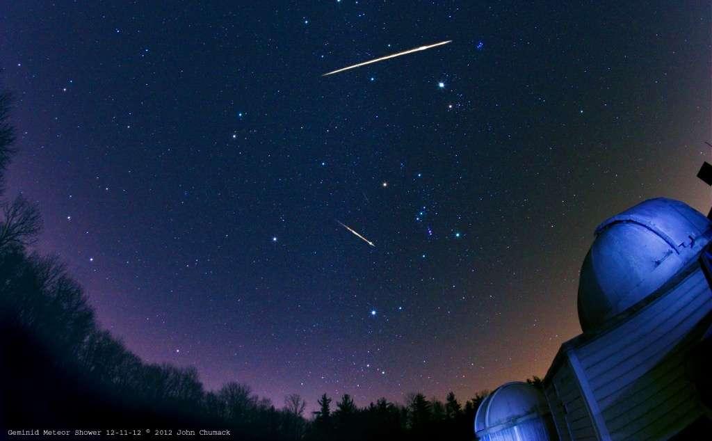 Deux météores de l'essaim des Géminides. En amont de leurs trajectoires, on trouve leur radiant, précisément dans la constellation des Gémeaux. © John Chumack