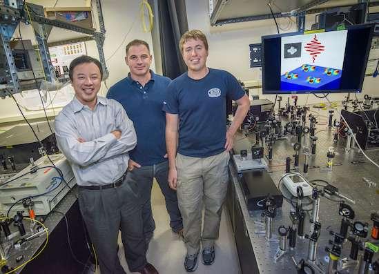 Xiang Zhang, Haim Suchowski et Kevin O'Brien, quelques-uns des physiciens de l'équipe qui a produit et contrôlé des ondes sonores dans le domaine des hyperfréquences. S'il s'agissait d'ondes électromagnétiques, on parlerait de micro-ondes. © Roy Kaltschmidt