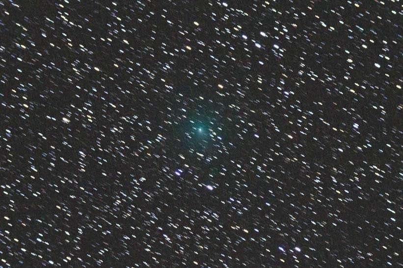 Cette image de la comète 103P/Hartley 2 a été réalisée le 29 septembre 2010 avec un appareil photo numérique placé derrière une lunette de 80 millimètres de diamètre. © Gary Kronk