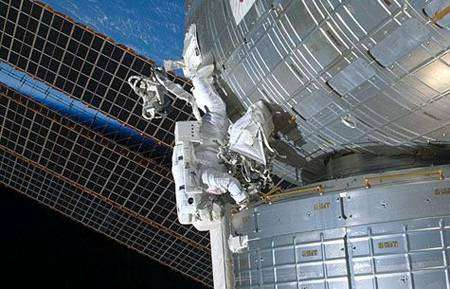 Steve Bowen sur la paroi externe du module japonais Kibo. Cliquer pour agrandir. Crédit Nasa