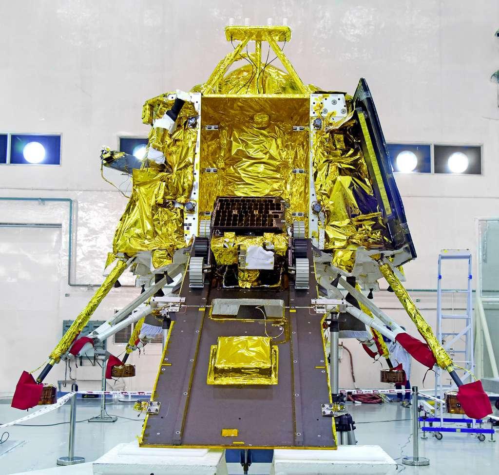 Le lander Vikram (1,471 kilogramme) et le rover Pragyan. D'une masse au lancement de seulement 27 kilogrammes, ce rover de moins d'un mètre (0,9 x 0,75 x 0,85 m) est d'une étonnante simplicité. © Isro