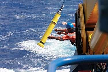 Le déploiement d'une bouée Argo : jetée à la mer, elle mesurera le profil de température et de salinité dans l'océan Antarctique. © Alicia Navidad