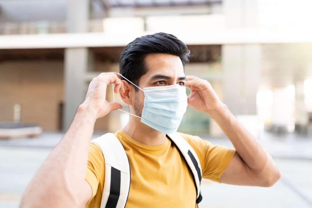 La décision de supprimer l'obligation du masque dans certains lieux clos semble extrêmement prématurée. © AntonioDiaz, Adobe Stock