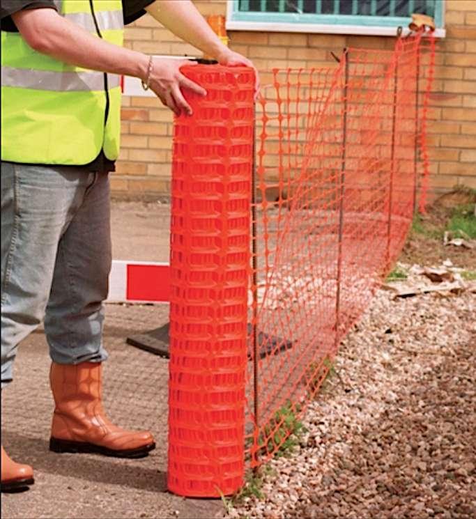 Accroché à des piquets métalliques, le filet de protection permet de baliser la zone du chantier. Il se vend en rouleau de plusieurs dizaines de mètres de longueur sur un mètre de hauteur au moins. © Direct Signalétique