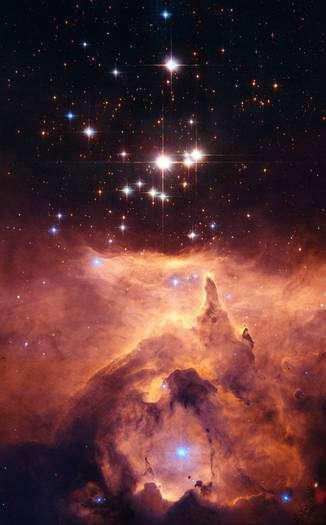 Cliquer pour agrandir. L'étoile Pismis 24 apparaît comme la plus lumineuse, au-dessus de la nébuleuse NGC 6357. Sa masse avait été estimée à 200 masses solaires au moins, ce qui est peu compatible avec la limite d'Eddington. Mais une observation fine à l'aide de Hubble a montré qu'il y avait deux et peut-être même trois étoiles massives dont les masses sont probablement comprises entre 70 et 100 masses solaires. Crédit : Nasa, Esa, J. M. Apellániz (IAA, Espagne)