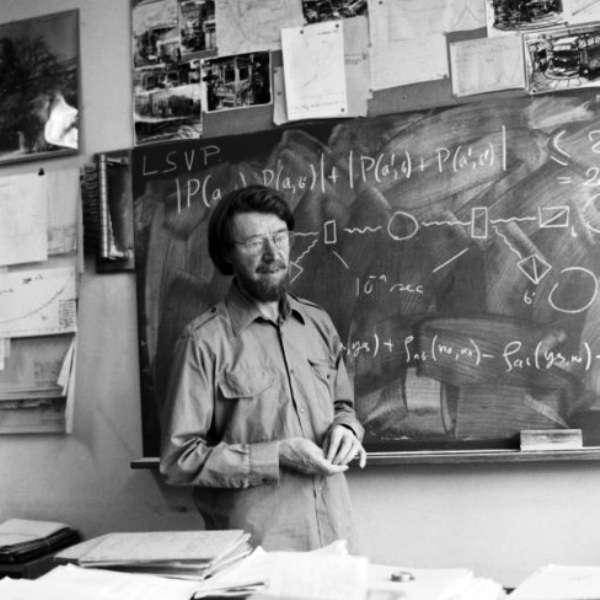 Dans les années 1960, le physicien John Bell, ici dans son bureau du Cern, a découvert qu'un test permettait de départager Einstein et Bohr dans le cas de certaines alternatives à la théorie quantique orthodoxe. À l'époque, la technologie ne pouvait pas encore suivre, mais dans les années 1970, tout a changé. En 1982, Alain Aspect et ses collègues purent réaliser une expérience importante faisant pencher lourdement la balance en faveur de Bohr. © Cern