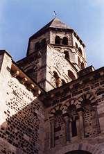 Eglise de Saint Saturnin, bel exemple de l'église romane polychrome auvergnate (© LVA)