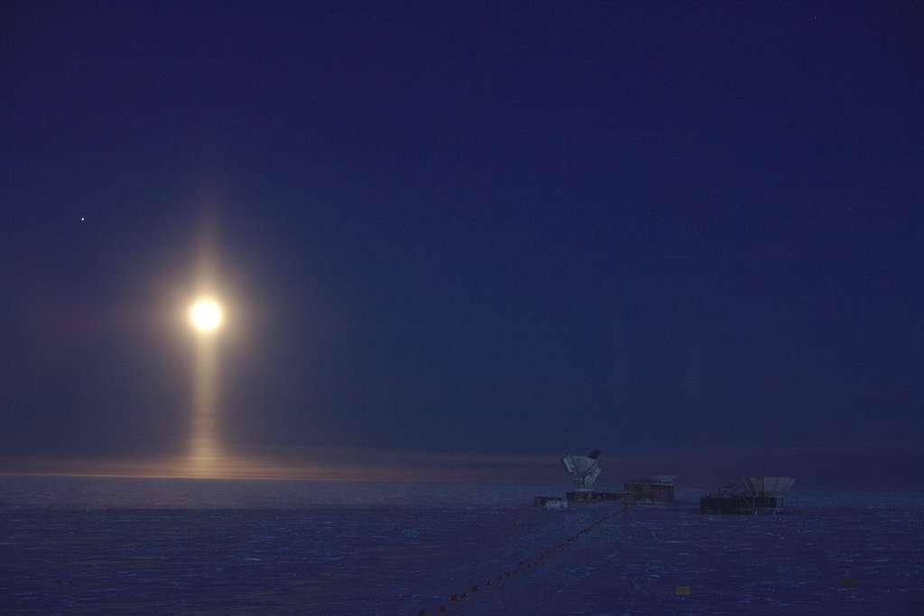 Photo intitulée Lunar Spotlight montrant un phénomène optique assez rare, une colonne lumineuse, au pôle Sud. © Daniel Michalik