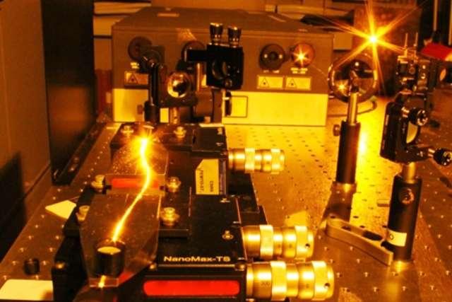 Un faisceau laser (émettant à la longueur d'onde de 600 nanomètres) est guidé dans une microfibre optique. © Thibaut Sylvestre, Institut Femto-ST, CNRS