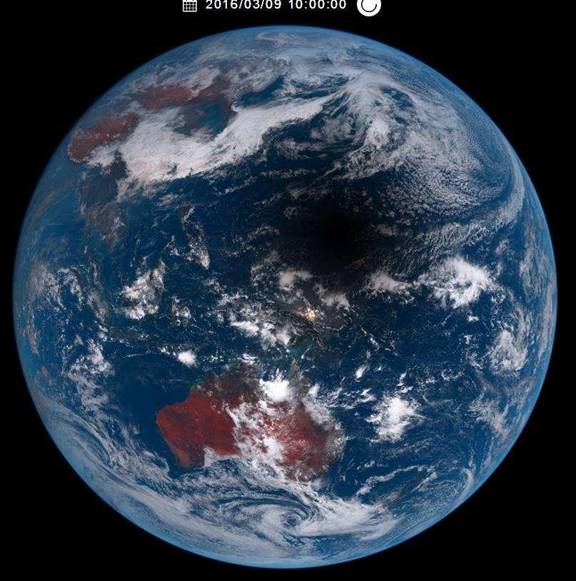 L'ombre de la Lune balayant la surface de la Planète bleue, de Sumatra à Hawaï, enregistrée depuis l'espace par le satellite météo japonais Himawari-8. Voir l'animation gif ici. © Jaxa