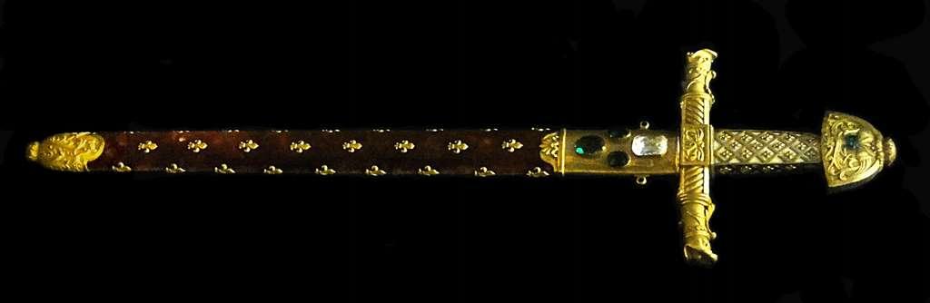 L'épée du sacre dite de Charlemagne ou Joyeuse (pommeau du XIe siècle). Trésor de l'abbaye de Saint-Denis, musée du Louvre, département des arts décoratifs. © Musée du Louvre, Wikimedia Commons, domaine public