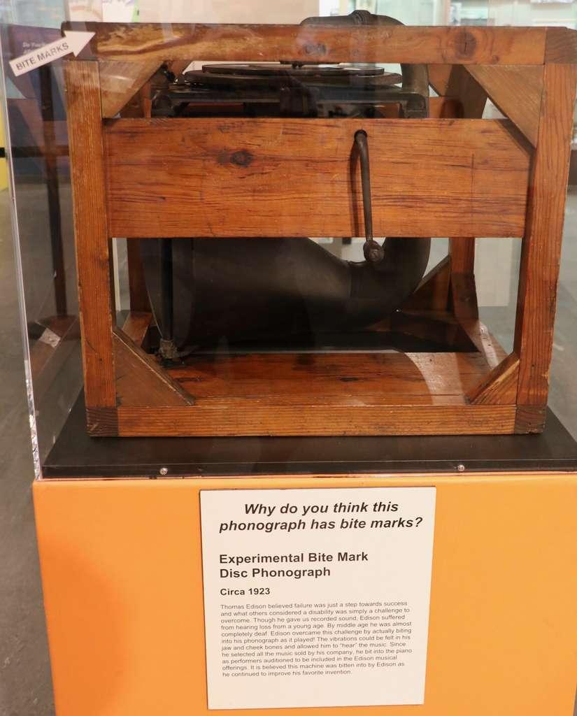 D'après le musée Edison, cet appareil porte les marques de dents de son inventeur. © Our Next Horizon