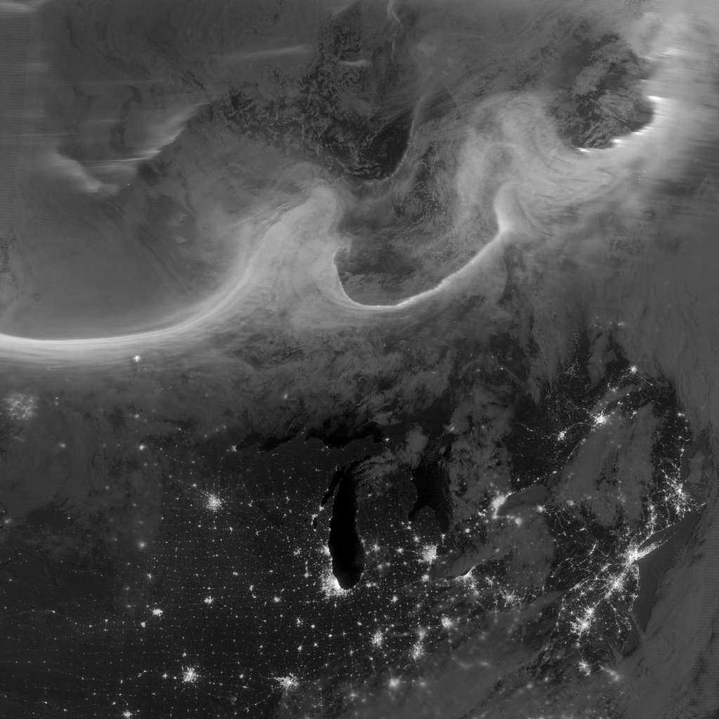 Le satellite météorologique américain Suomi NPP a immortalisé l'aurore boréale du 8 octobre 2012, que l'on peut voir en filet blanc en haut de l'image. L'altitude du satellite est de 824 km environ, l'aurore se déroule entre 100 et 400 km d'altitude. La longueur du filet représente plusieurs centaines de kilomètres. © Nasa, Noaa, GSFC, Suomi NPP, Earth Observatory