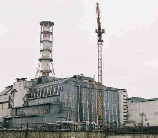 Dans l'urgence, le réacteur numéro 4 de la centrale de Tchernobyl a été recouvert d'un sarcophage protecteur. © DR