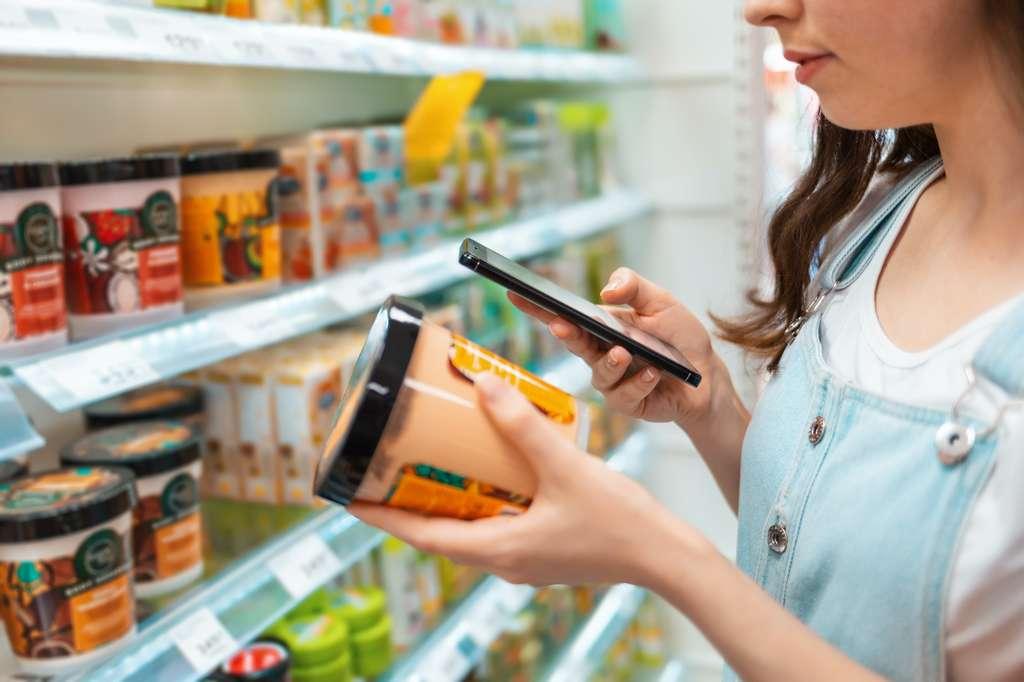 Des millions de Français font désormais leurs courses le smartphone à la main pour scanner leurs produits. © STEKLO_KRD, Adobe Stock