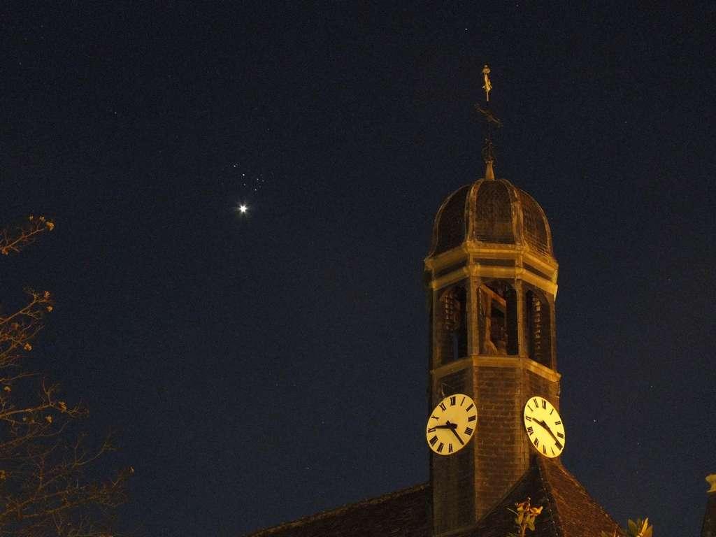 2 avril : Vénus se glisse sous l'amas des Pléiades au-dessus du clocher des hospices de Nuits-Saint-Georges (21). © Jean-Baptiste Feldmann