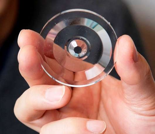 Une vue de la lentille en Plexiglas taillée par les ingénieurs. © Ohio State University