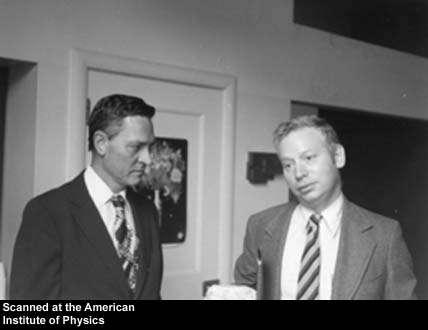 Geoffrey Chew, à gauche, discutant avec Steven Weinberg. Crédit : Archive Segré