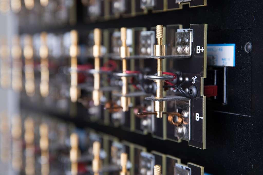 Un système de spectroscopie d'impédance électrochimique mesure la quantité de gaz qui s'est dégagée d'une batterie pendant les cycles de charge et de décharge. © IBM