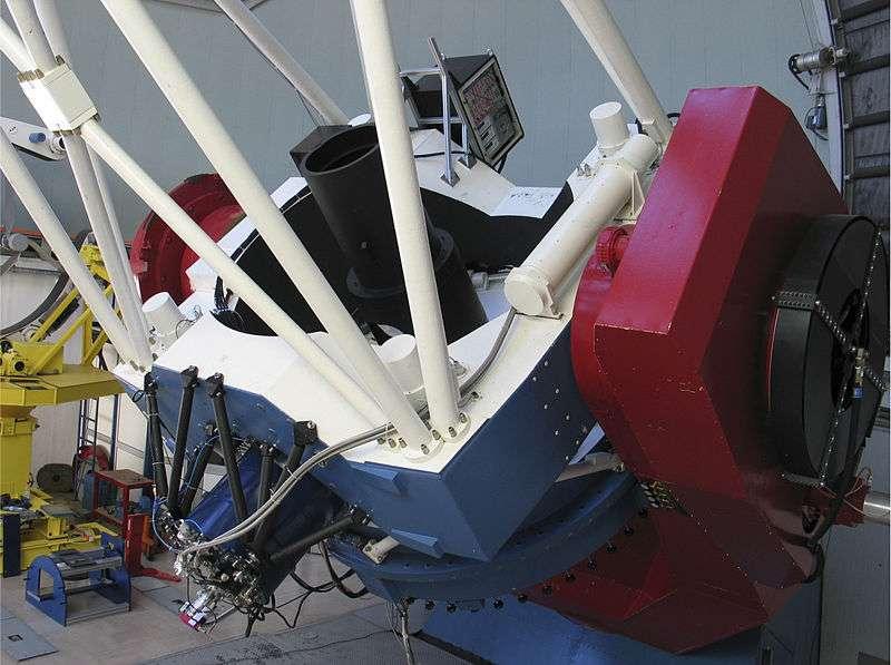 Le télescope de 2,2 m MPG/Eso et sa monture à La Silla, au Chili. En 2010, trois instruments occupent son foyer Cassegrain : l'imageur optique à grand champ WFI (environ 0,5° x 0,5°), le spectrographe échelle Feros couvrant le domaine visible, et Grond, qui permet d'observer simultanément dans sept bandes spectrales en visible et en infrarouge. © Eso, Wikimedia Commons, cc by sa 3.0