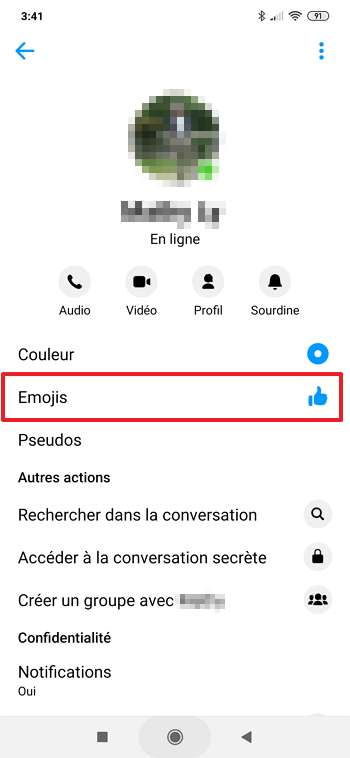 Appuyez sur « Emojis » pour changer l'icône du pouce bleu. © Facebook