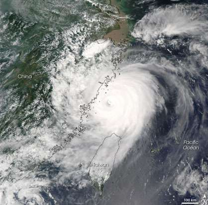 Saomai, super-typhon de catégorie 4, est la huitième tempête qui touche la Chine cette année. Cette image, enregistrée par l'instrument MODIS qui équipe le satellite Aqua, a été prise le 10 août 2006 à 13h05, heure locale. Sur cette vue, on distingue nettement l'œil au centre du cyclone et ses bras en spirale. © Nasa.