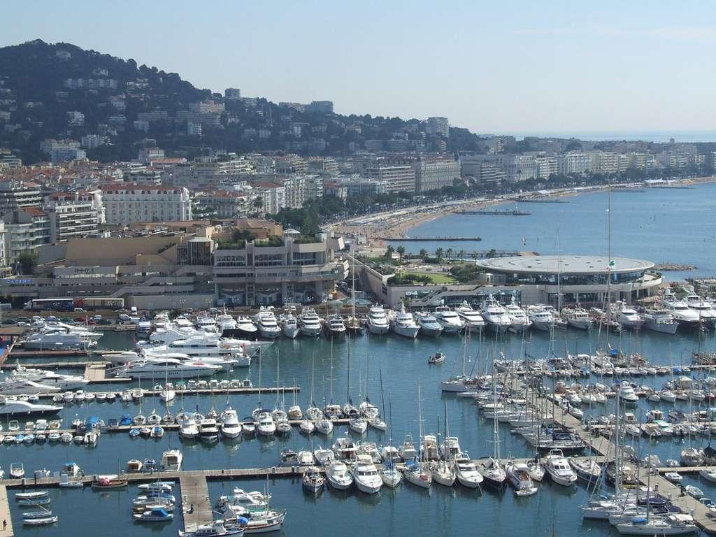 Cannes, lieu de divertissement et de travail, avec ici le Vieux Port et juste derrière le Palais des festivals et la Croisette un peu plus loin. La ville et la région cumulent quelques antagonismes qui ne le sont pas nécessairement, comme le travail et le bonheur... © Christophe.Finot, cc by nc sa 2.5