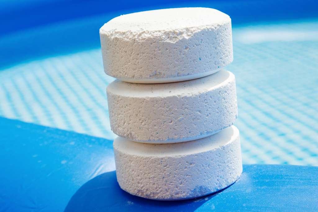 En pastilles ou galets, le brome est un produit de traitement de l'eau de piscine rémanent dont l'action supporte une température de plus de 30 °C. En poudre, il est à réserver aux traitements de choc. © Morad HEGUI, Adobe Stock