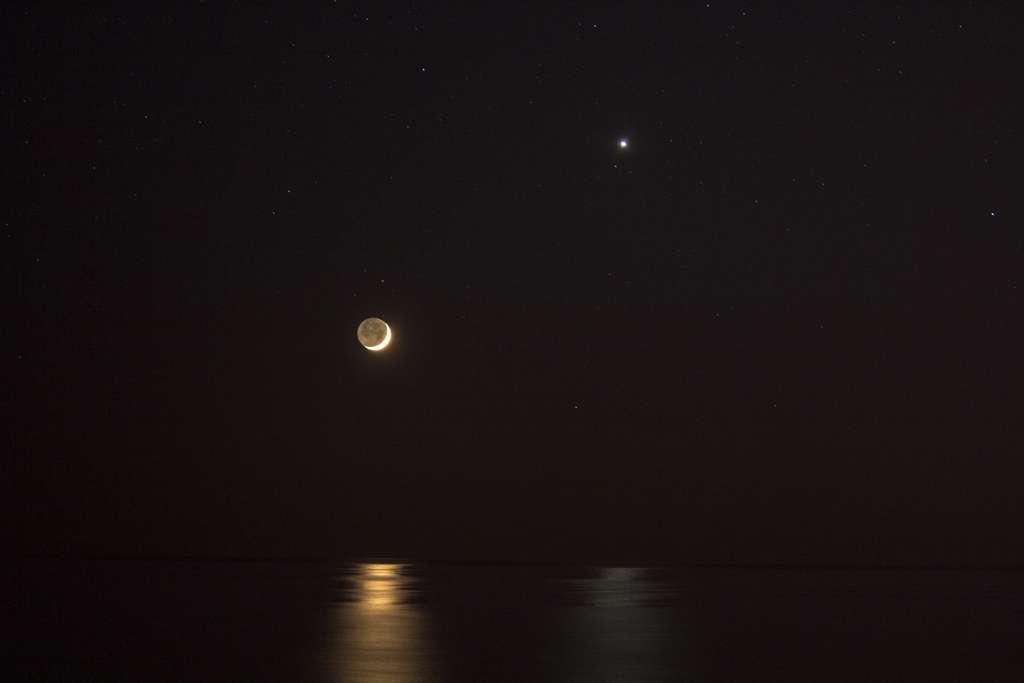 La Lune et Vénus se reflètent sur la mer, à Santa Marinella, près de Rome. © Apod (Nasa), Filippo Curti (Sanderphil Urban Observatory)