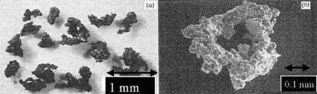 La taille moyenne des grains de poussière lunaire est de 19 microns (40% du diamètre d'un cheveu). A la fois légère, magnétique, très poreuse, dentelée, tranchante et allergène, elle est composée de SiO2 (44,72%) et Al2O3 (14,86%). Crédit Nasa/Apollo11/NSSDC et Université de Washington à Saint Louis
