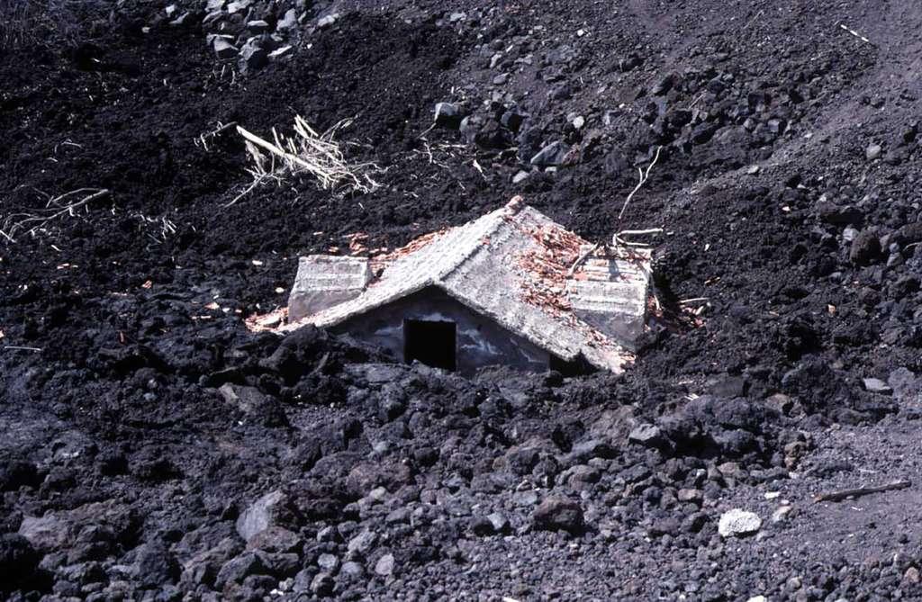 Une maison recouverte par les coulées de lave de l'Etna. © J.-M. Bardintzeff, tous droits réservés, reproduction interdite