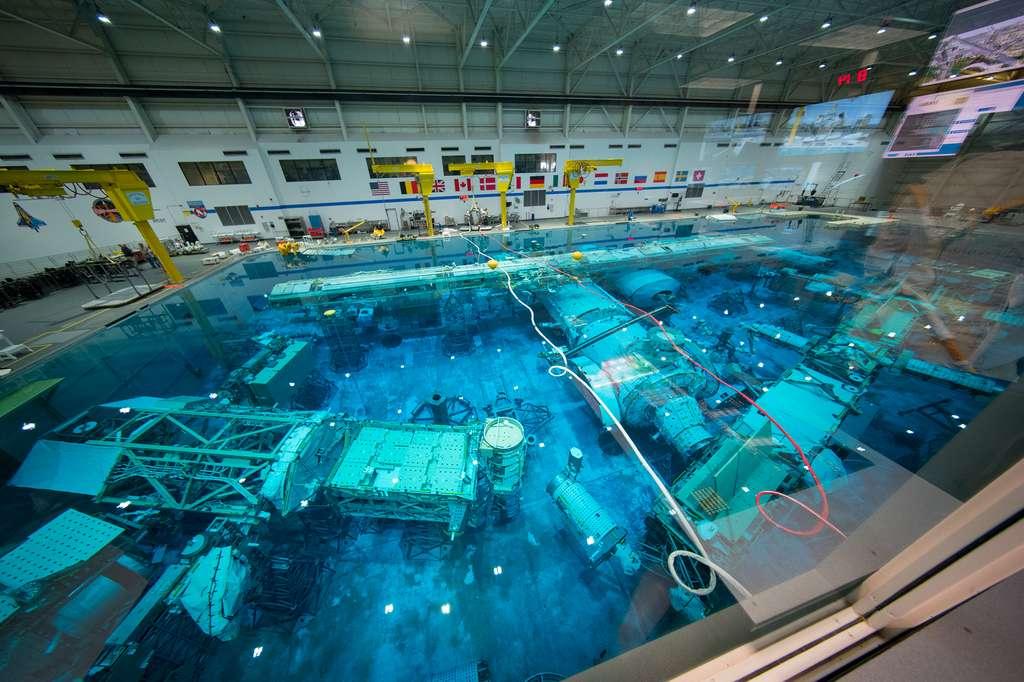 Le bassin d'entraînement NBF (Neutral Buoyancy Facility) au Centre des astronautes européens (EAC) et dans lequel sont immergées des maquettes à l'échelle 1 de modules de la Station spatiale internationale. © ESA, S. Corvaja