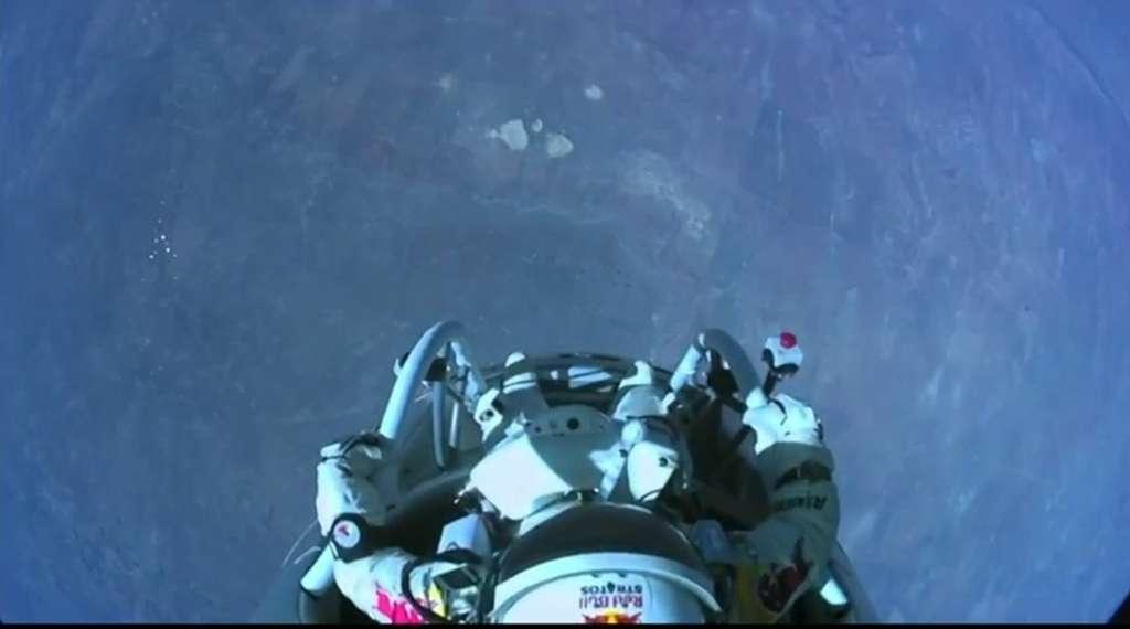 Il est 20 h 06 (heure française). Trente-neuf kilomètres sous les pieds. La capsule est équipée de plusieurs caméras intérieures et extérieures. © Red Bull Stratos