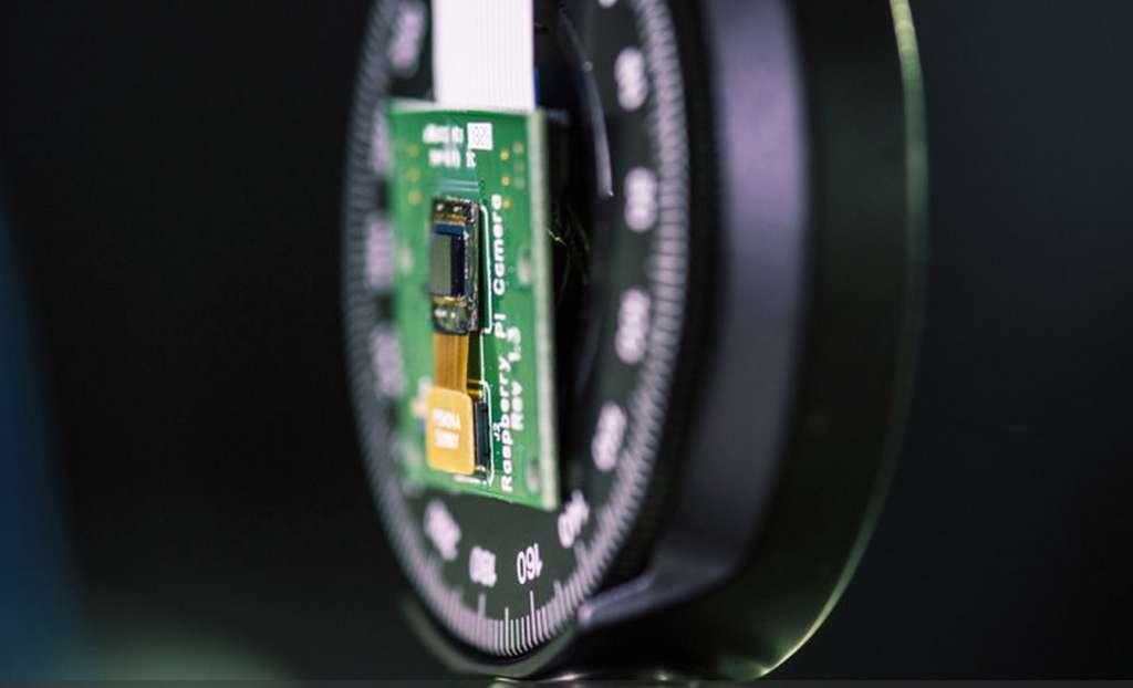 L'appareil photo FlatCam conçu à l'université Rice offre une finesse inédite en remplaçant l'objectif par un masque codé. © Jeff Fitlow, Rice University