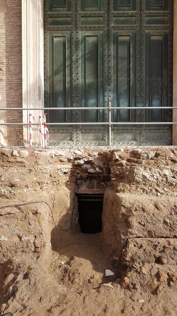 L'entrée d'un tombeau qui pourrait être celui de Romulus, le roi fondateur de Rome. © Handout, Archaeological park of the Colosseum, Parcolosseo, AFP