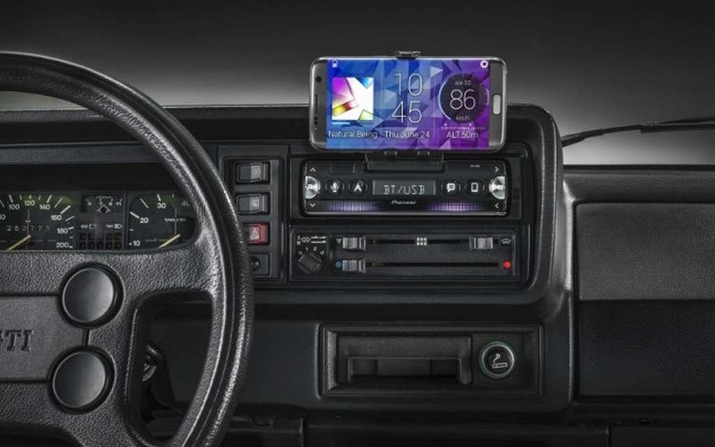 L'autoradio hybride Pioneer SPH-10BT peut recevoir des smartphones mesurant jusqu'à 9 centimètres de large. © Pioneer