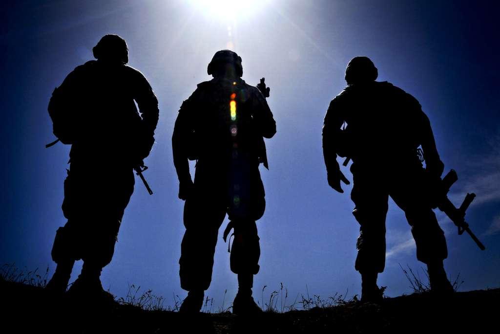 Depuis la guerre du Viêt Nam (1964-1975), la prise en charge psychologique des vétérans de guerre s'est nettement améliorée. Aujourd'hui, les militaires américains engagés en Afghanistan sont mieux formés et toujours suivis d'un compagnon, qu'ils appellent le guy, pour éviter la terrible solitude et favoriser l'expression. © isafmedia, Fotopédia, cc by 2.0