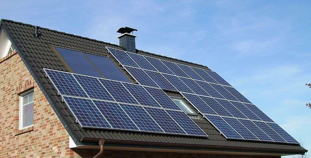 Le chauffage gaz naturel peut se combiner aux énergies renouvelables comme le solaire. Il est également possible de combiner le gaz et une pompe à chaleur dans une chaudière hybride. © Pujanak, DP