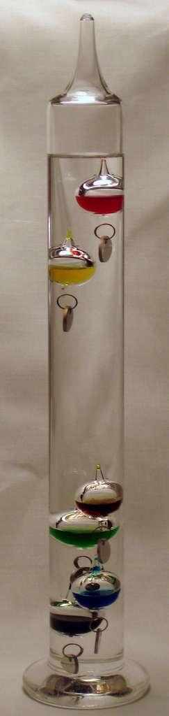 Le thermomètre de Galilée, plus décoratif que précis, contient des bulles de densités différentes : elles coulent une à une en fonction de la température du liquide dans lequel elles baignent. © Ali@gwc.org.uk, Wikipedia, CC by-sa 2.5