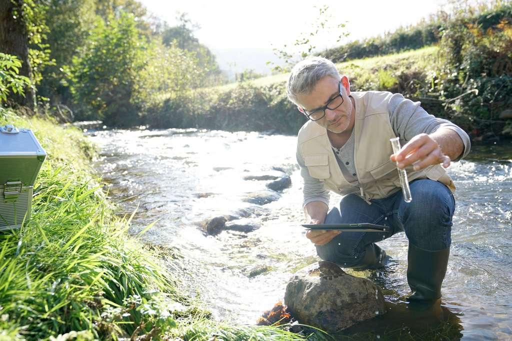 Le biologiste en environnement fait des prélèvements sur le terrain en cas de détection de pollution et propose des solutions d'amélioration. © goodluz, Fotolia.