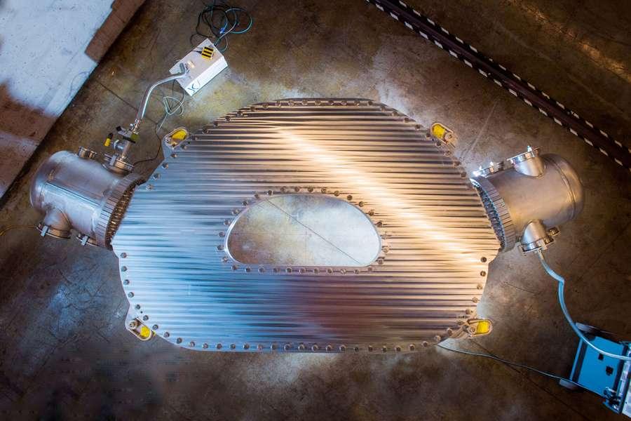 Les chercheurs du Commonwealth Fusion Systems et du Massachusetts Institute of Technology (MIT, États-Unis) ont conçu cet aimant supraconducteur à haute température. Il leur a permis de démontrer la faisabilité d'un champ magnétique record de 20 teslas. © Gretchen Ertl, CFS, MIT-PSFC, 2021