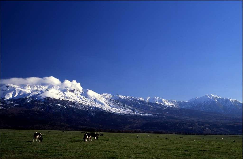 Les vastes étendues de plaine contrastent avec les montagnes enneigées dans les reliefs de l'île de Hokkaidō. Un somptueux panorama. © JNTO
