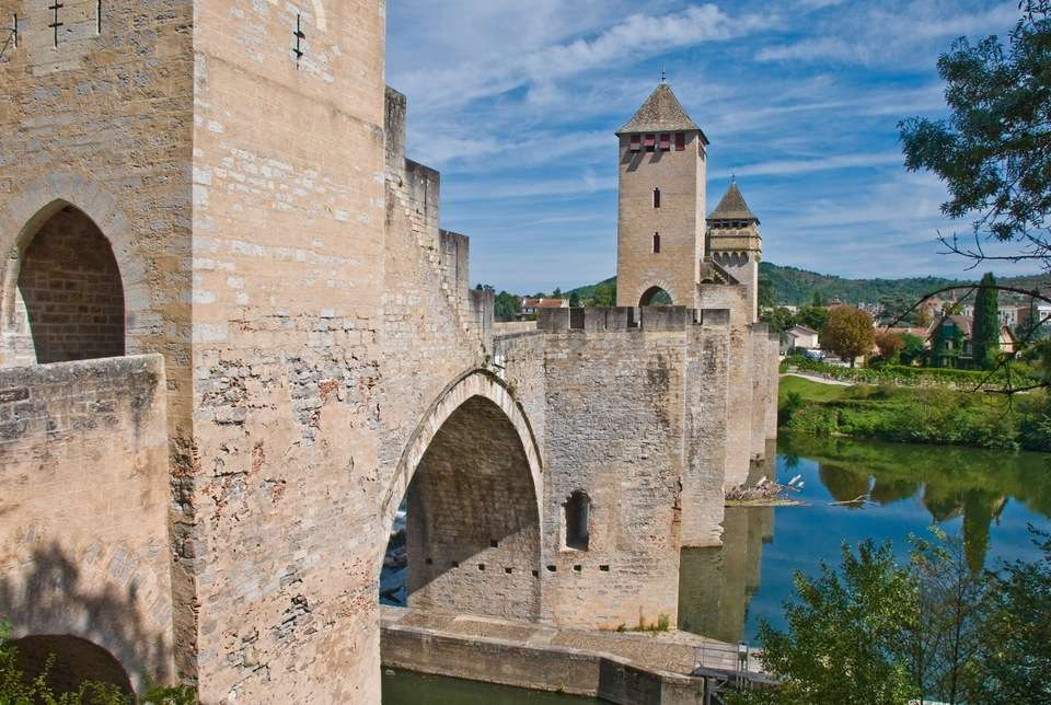 L'architecture fortifiée, comme celle du pont Valentré (XIVe siècle), à Cahors, dans le Lot, est le reflet de la société du Moyen Âge. © Phillip Capper, Fotopedia, CC by 2.0