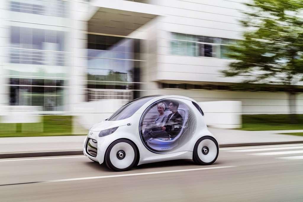 Le design de la Smart Vision EQ ForTwo n'est pas très éloigné des modèles actuels, hormis les portières transparentes qui laissent voir ses passagers. © Daimler, Smart
